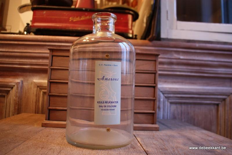 Retro vintage grote glazen pot eau de cologne