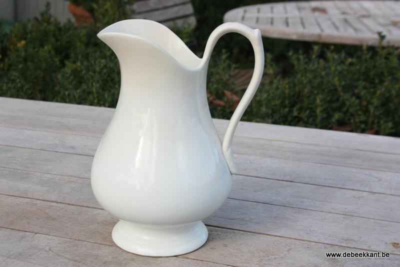 Antieke waterkan cream gebroken wit