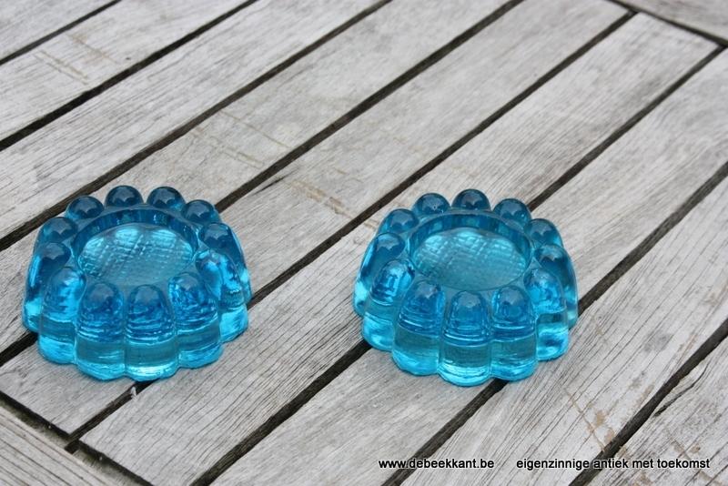 Set van twee antieke glazen voetjes rond vorm van een bloem
