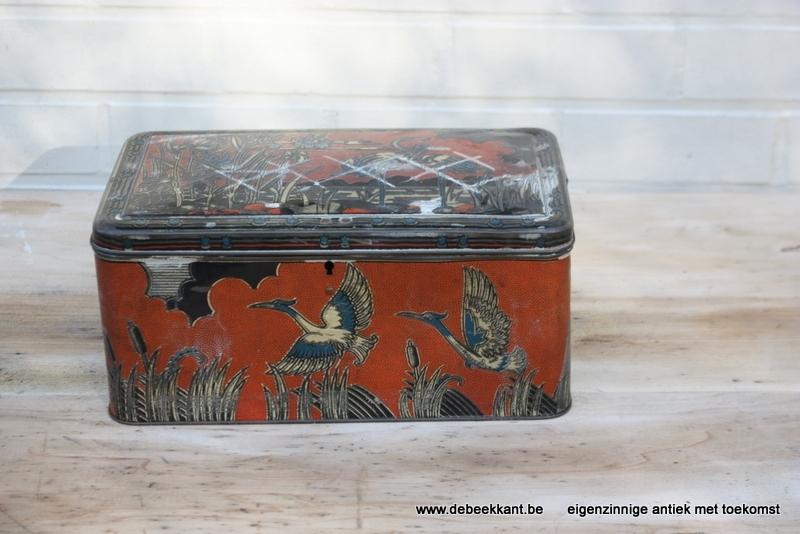 Antiek art nouveau blik met vogels