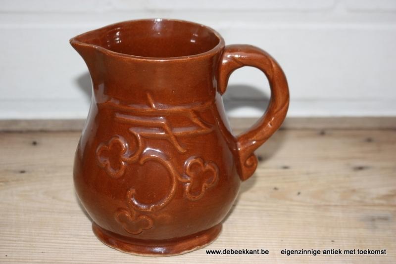 Antieke bruine kan in aardewerk