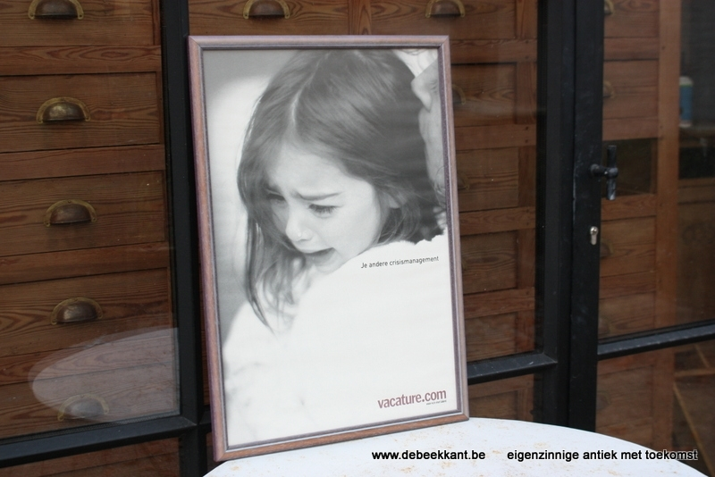 Retro kader met affiche reclame vacature.com 'je andere crisismanagement'