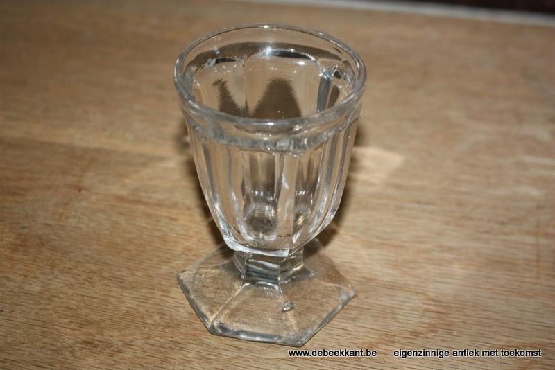 Antiek veelhoekig glas