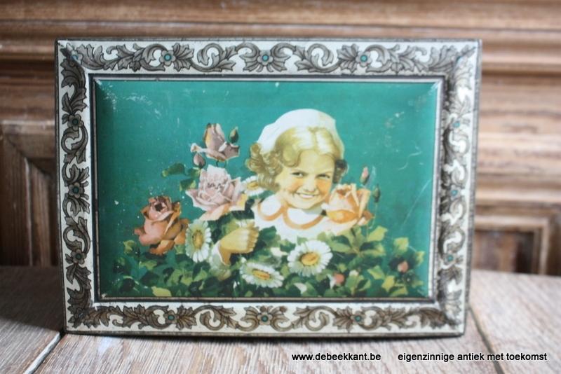 Antiek blik doos meisje met rozen bloemen