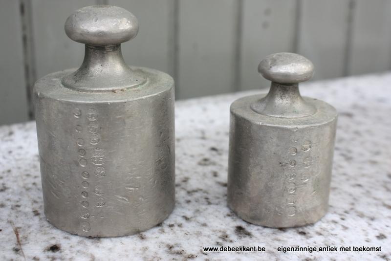 Set van twee antieke gewichten grijs