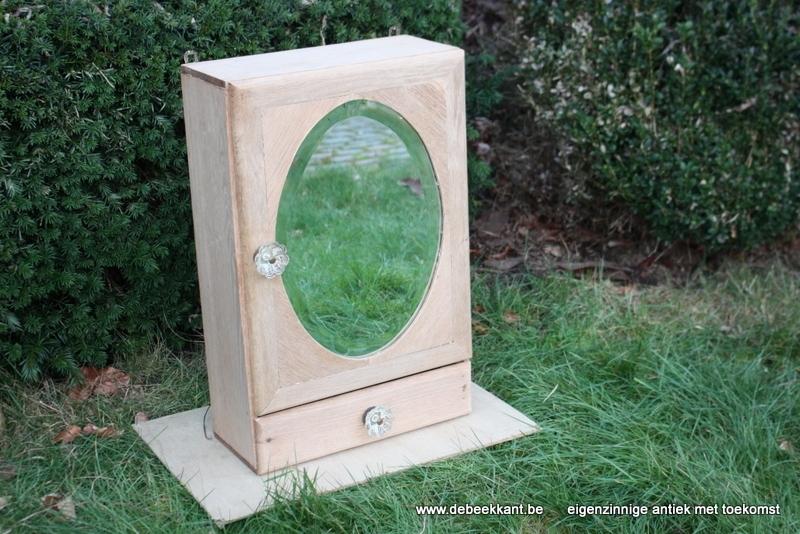 Antiek toiletkastje met gebisauteerd spiegelglas opgekuist