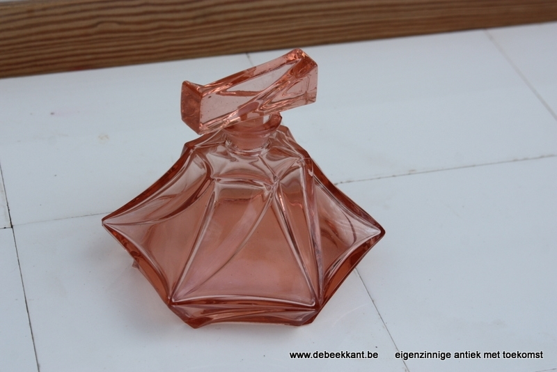 Antieke roze parfumfles met dop