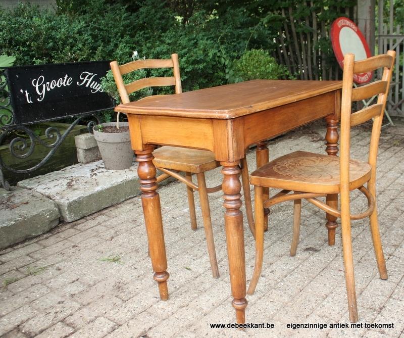 Antieke authentieke cafétafel met 2 stoelen