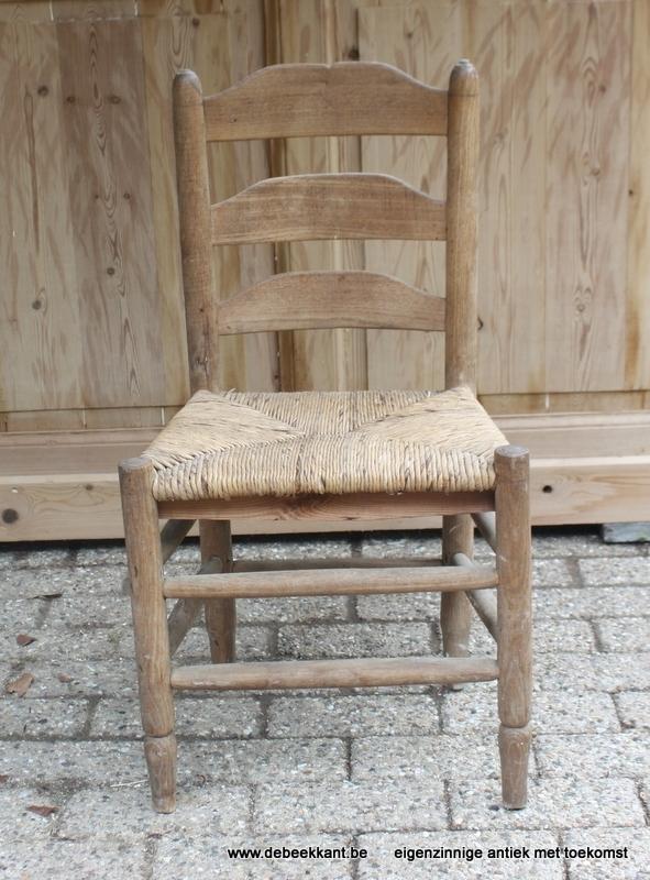 Antiek stoeltje met biezen