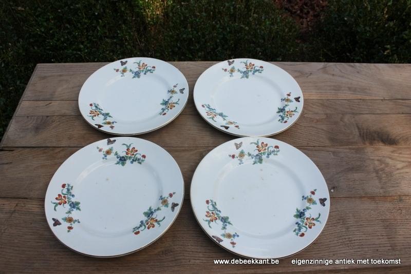 Antiek dinnerbord wit met bloemen en vlinder